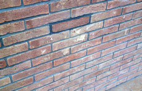 Intervento di ripristino fori su facciata con mattoni a vista