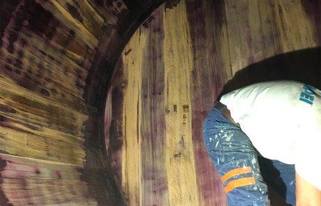 Pulizia botti di legno da depositi di vinificazione. Cantina Sociale. Vinchio (AT)